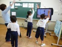 画面に合わせて踊りましょう!